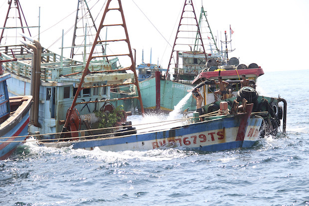 Indonesia sinks fishing boats